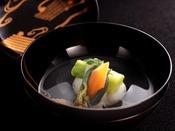 【春の雅膳】椀物:蛤つみれ 清汁仕立 菜の花 花弁人参 口木の芽