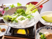 【ご朝食】旬彩膳のご朝食 -地元のお豆腐屋さんの新鮮なお豆腐を軽く煮立たせて-