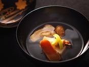 【秋の匠膳】椀物:松茸と蒸し鮑 清汁仕立