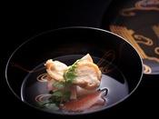 【春の雅膳】椀物:蛤 潮仕立 つる菜 人参短冊 薄氷大根 口木の芽