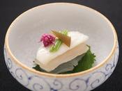 【秋の旬彩膳】小附:地魚昆布〆 小蕪 軸三つ葉 もって菊 魚醤油