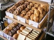 <朝食バイキング>焼きたてパン・デニッシュ各種 毎朝レストランにて焼きたてをご提供♪