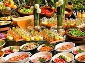 自分スタイルで楽しむ野菜+ドレッシング+トッピング高原ならではの新鮮野菜をドレッシングとパルメザンチーズなどのトッピングでお客様だけのアレンジサラダをお楽しみください。色彩美しく、見て楽しい、食べて美味しい前菜もご用意しております。
