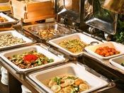 温かくボリューム満点の料理で朝のエネルギーを完全充填信州名産の温ったかおやきや焼き魚、お粥に味噌汁、カレーやスープ、中華の揚げ物や炒め物、麺類やピラフと活力の素がたくさん。