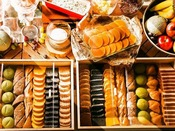 もちろんパンにもこだわってますバケットなどのスタンダードなパンや竹炭やイチゴにほうれんそうなどのバラエティ豊かな練り込みパンの数々。まずはそのまま食べてみてください。パン本来の美味しさをお楽しみください。