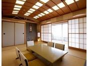 モダンなデザインの和室となっております。和室はそれぞれ内装が違っております。会食でもご利用いただけます。Wi-Fi接続サービス全室無料