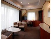 リビングとベッドルームに分かれており、ブラウン系の家具で統一されてます。心もくつろげるお部屋です。Wi-Fi接続サービス全室無料!
