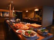 落ち着いた雰囲気の会場では和食を中心としたバイキングを提供しています。(会場の変更の場合あり)