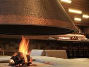 【ラウンジ ~danro~】くつろぎのひとときをお過ごしいただける暖炉のあるカフェラウンジ