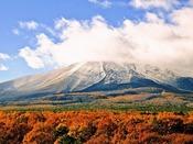 【ホテル・パノラマテラスからの景観】雪と紅葉のコンストラストが美しい浅間山