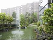 【外観 春~夏】緑に囲まれた中庭、夜にはイルミネーションが