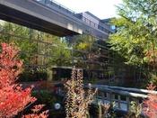【外観 秋】北軽井四季に合わせて色とりどりの美しい景色に包まれるホテル外観