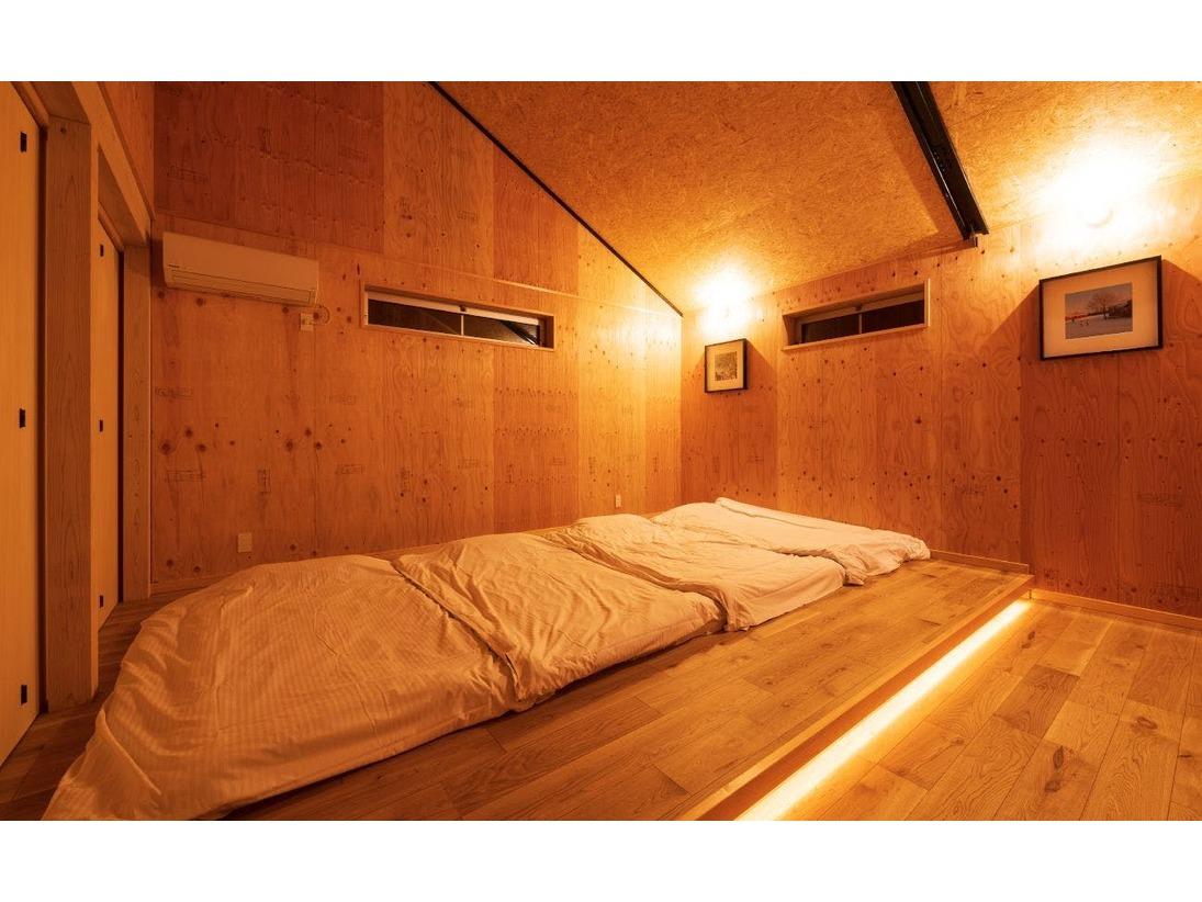 大型コテージVILLAの1階寝室(右側)。もうひとつ寝室があります。2階と合わせ寝室は3つ