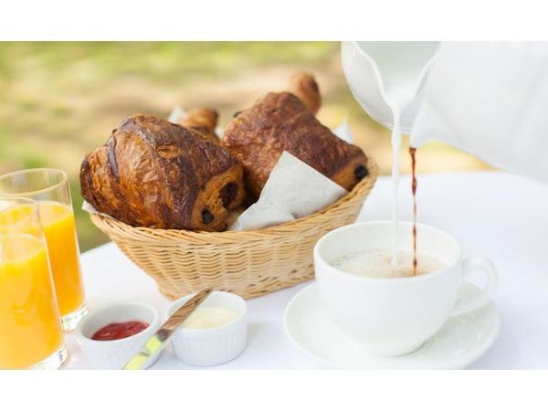 焼きたてのクロワッサンの朝食