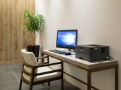 4階ロビーに無料PCコーナーをご用意しております。宿泊のお客様はPC・プリンターを30分無料でご利用いただけます。