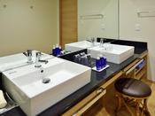スイートルームの洗面台は使い勝手の良いダブルシンク仕様です