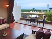 1階の客室には海に面した窓の外にテーブルセット付きのテラスを設けております。