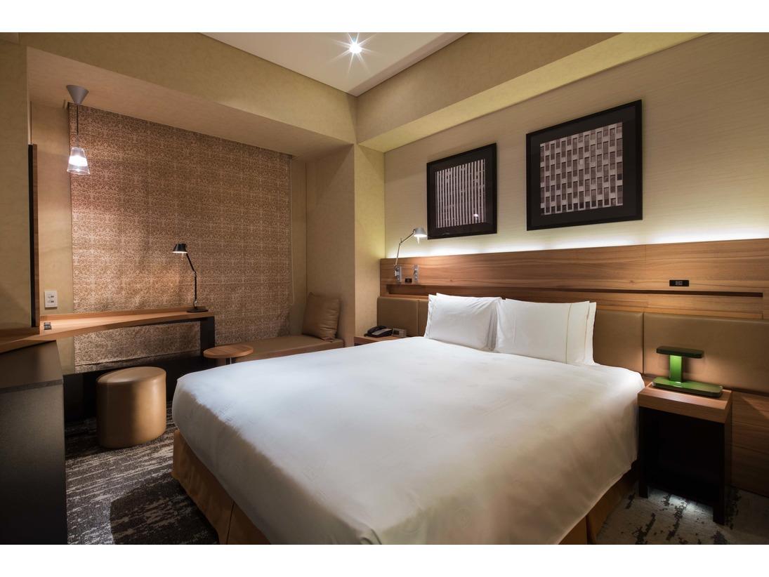 機能性と快適性を兼ね備えたお部屋です。ゆとりある2.8mの天井高、大型のライティングデスク、広めのベッドをご用意しております。