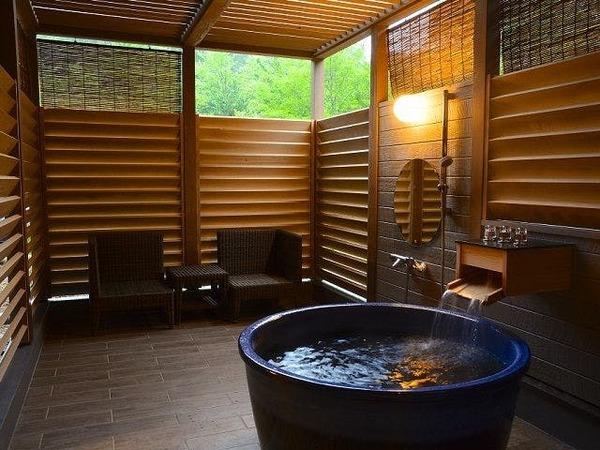 源泉100%の森の中の露天風呂客室