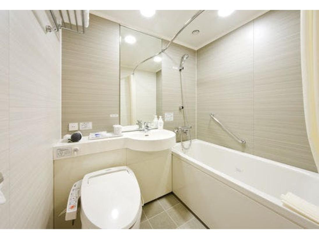 【浴槽】曇り止め鏡を設置。シャワー式トイレを完備。広めの浴槽でリラックス♪