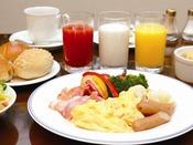 【朝食ブッフェ】とろとろ玉子に、カリカリのベーコン、ポークソーセージを添えて。