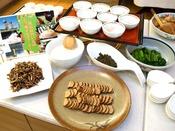 【朝食ブッフェ】秋田の味コーナー。いぶりがっこ、とんぶり、比内地鶏の温度玉子、稲庭うどん等。