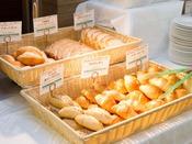 【朝食ブッフェ】ホテルベーカリー自慢のパン。その日の朝の焼き立てをぜひ味わってください。