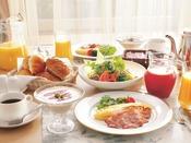 【ルームサービス】お部屋でゆったり朝食を。アメリカンブレックファストと和定食からお選びいただけます。