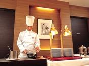 【朝食ブッフェ】シェフのオムレツコーナー。お客様のお好みに合わせてお作りします。