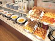 【朝食ブッフェ】パン、玉子料理、ミートなど、ホテル朝食の定番を揃えています。
