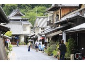 竹原は江戸時代から製塩業や酒造業が栄えてきた町として知られています。趣のある屋敷が多く立ち並び、昔ながらの風情を感じさせます。