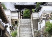 西芳寺へと続く階段。上から見ると街並みを一望できます。