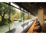 昼の賀茂川荘は大きな窓のおかげで、とても明るく清々しい雰囲気です。