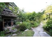 広がる1500坪の日本庭園。当館を出るとまた違った景色をお愉しみいただけます。