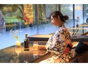 カウンターで開かれる「BAR賀茂川荘」。お酒と共に贅沢な時間をお愉しみください。