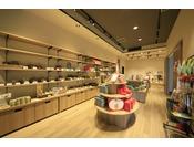 売店では、広島県の名産品を取り扱っております。中でも、西条や竹原で作られている日本酒は人気の商品です!