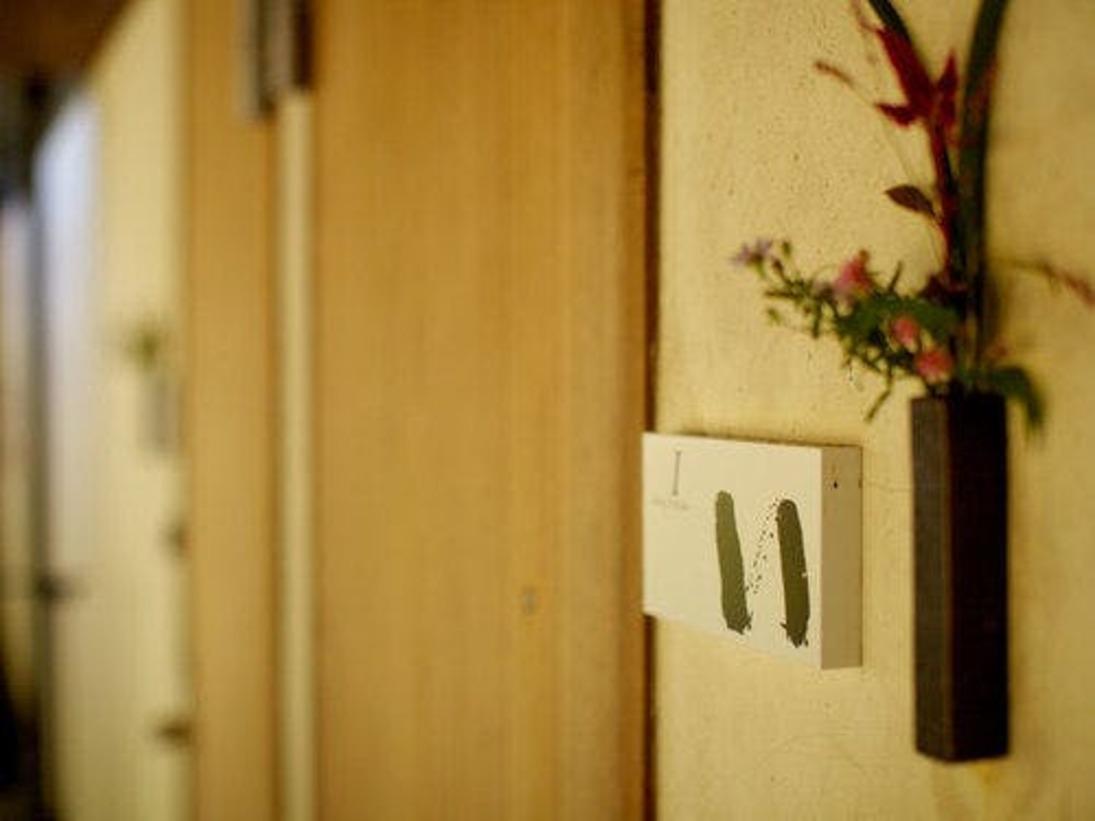 ホテル棟客室入口。客室の名前は、ひらがなで「いろはにほへと・・」。室内には、客室名の書が掛かっています。