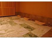 当館の岩盤浴には貸切ルーム【男女兼用】もあり、プライベートな空間で発汗健康法である岩盤浴をお楽しみ頂けます。【完全予約制】1室60分間利用/1回 定員:3~4名様料金:ルームチャージ2,000円(税込)+お一人様 1,500円(税込)