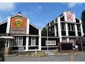 カクキュー《八丁味噌の郷》は江戸時代創業の味噌蔵。味噌料理が楽しめる食事処や品揃え豊富な売店を併設した八丁味噌の蔵元です。工場見学もでき、味噌蔵や史料館などを見学することができます。