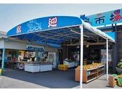蒲郡海鮮市場では三河湾の鮮魚・活魚・あさり・天日干しの干物を製造直売。店内の水槽では、生きた高足ガニが皆様をお出迎えしています。また、試食コーナーやコーヒー無料サービスも行っております。