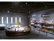 売店《末広》は蒲郡・西浦ならではのお土産物や箱菓子、お酒、漬物、コスメなど品数豊富に販売しております。