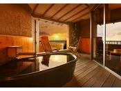 高台のロケーションから望む西浦の悠々とした景観を、プライベートで楽しむことのできる貸切露天風呂「空」と「海」。都会の喧騒や旅の疲れも、気心知れた仲間や家族とならば、ゆったりと癒すことができます。【完全予約制】1室45分間利用/1回 料金:2,500円(税込)