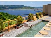 天空露天風呂《天音の湯》は、西浦温泉内で一番の高台にある当館屋上からの三河湾絶景を皆様に楽しんでいただきたい・・・というコンセプトで作られました。半島や島々を望み、刻々と表情を変える景色を存分に楽しみながら、露天風呂や足湯でのんびりとお過ごし下さい。