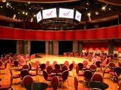 「クラブエックス」自由な客席レイアウトができる円形ホール。ライブやイベントの他、多種発表会やパーティーなど多様な目的に応じてご利用いただけます。また、天井部分に設置された9面の大型61インチディスプレ充実した設備で個性的演出をお楽しみいただけます。