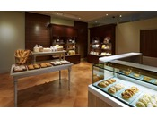 メインタワー2F「ブーランジュリーシナガワ」30種類以上のケーキや焼き菓子など、お土産に最適なベーカリーショップ。
