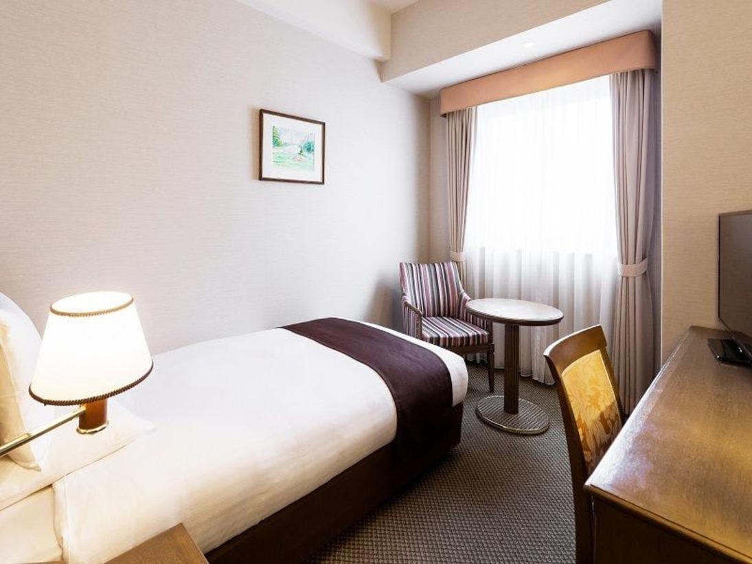スーペリアセミダブルルーム<16平米>シモンズ社製ベッドで快適な睡眠を・・・。落ち着いた色調で統一され、リラックスできる空間です。