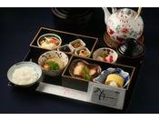 """和朝食/6F 京料理「入舟」 東山の美しい借景を愛でながらいただく和のひととき。季節の素材を使用した佃煮や、山椒風味の""""おじゃこ""""は自家製のこだわり。湯葉や京野菜など、京都を代表する旬材も必ず一品お付けしております。"""