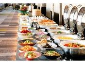 朝食バイキング/17F トップラウンジ「オリゾンテ」オリゾンテ自慢の18メートルのロングカウンターには洋食・和食 約60種類の料理がバラエティー豊かにラインナップ。新しい一日の朝はトップラウンジ「オリゾンテ」から始まります。