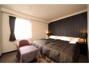 7階に位置するキングサイズのベッドの「ダブルルーム」。お部屋には「ナノイー発生加湿空気清浄機」、「ボディピロー」、「使い捨てスリッパ」を完備しております。