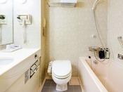 【ユニットバス(一例)】お部屋には清潔感のあるユニットバスを完備。浴槽は手すり付きで安心です。